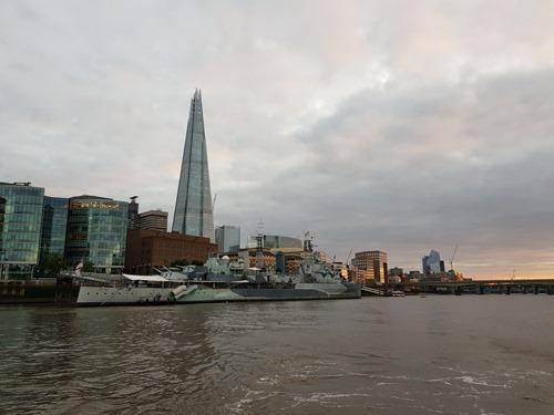 पानी से लंदन ब्रिज की ओर का नज़ारा